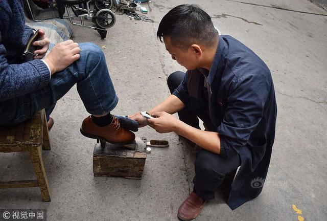 西安:擦鞋送外卖做服务员 癌