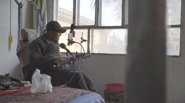 6岁女孩照顾高位截瘫父亲,直播两年引46万网友关注