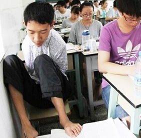 用脚写字的无臂男孩,考上了同济研究生!